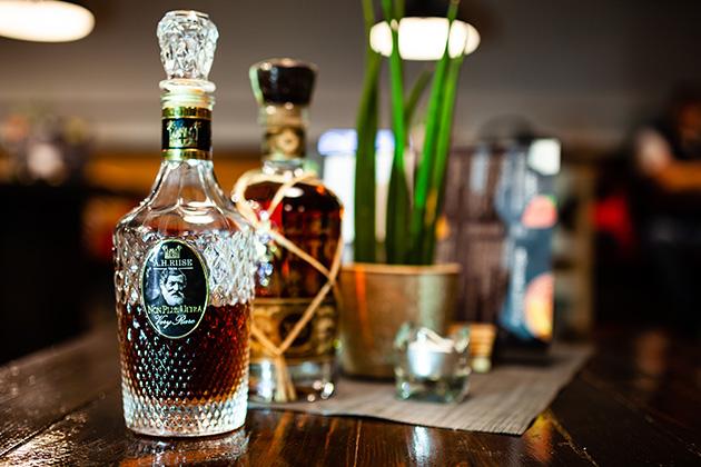 Široká nabídka rumů v restauraci Buffalo